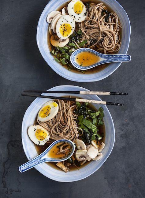 """Caldo e profumato, il ramen è la versione giapponese della nostra """"zuppa in brodo"""" - molto facile da preparare, è un piatto unico per la sera che io adoro e che preparo spesso in famiglia. Provalo con questa ricetta vegetariana."""
