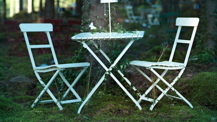 IKEA hopfällbara trädgårdsmöbler i skogen