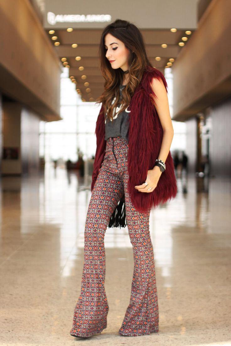 olha que look mais moderno e boho para usar num passeio ou no trabalho: calça flare e colete de pêlos. veja mais dicas de estilo em http://www.DeaTwilightZone.com.br