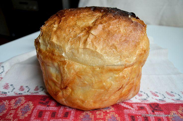 Paine taraneasca de casa pe foi de varza. O paine de casa rotunda, coapta in forma (oala) cu foi de varza. Paine traditionala cu coaja rumena si miez pufos
