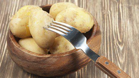 comentarii, Mai simplu de atât nu se poate! Tot ce trebuie să faci este să consumi pentru 3 zile doar cartofi fierţi sau copţi şi iaurt cu un conţinut mic de grăsime. Pentru că este o dietă hipocalorică, ce nu furnizează organismului toţi nutrienţii esenţiali, nu e recomandat să o ţii mai mult de 3-5 zile. Nu este nicidecum o soluţie pe termen lung, însă e o varianta bună pentru momentele când e nevoie să pierzi rapid câteva kilograme.