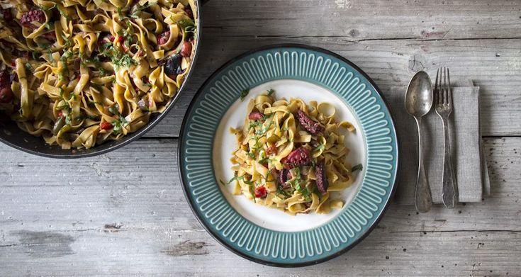Χυλοπίτες με χταπόδι από τον Άκη. Εύκολη και πεντανόστιμη συνταγή για χυλοπίτες με χταπόδι με πιπεριές, ντομάτα, μπούκοβο και φρέσκα μυρωδικά. Απολαύστε τη!