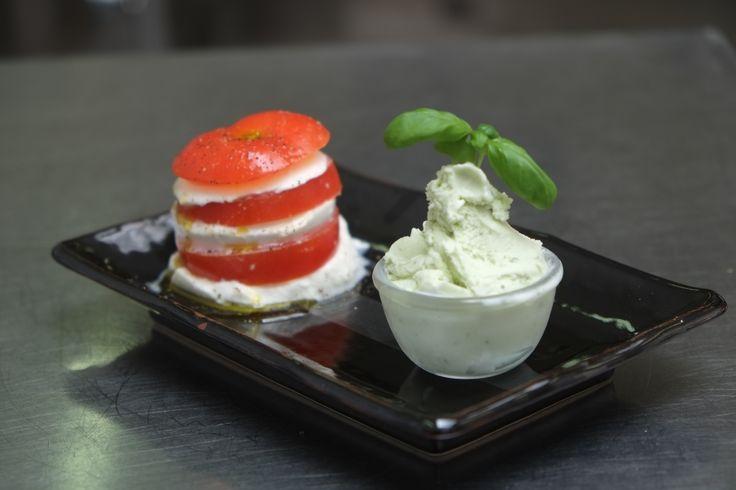 La Caprese di Roberto, Tomaten met buffelmozzarella, geserveerd met basilicum-ijs. #gelato #ijs #nemox