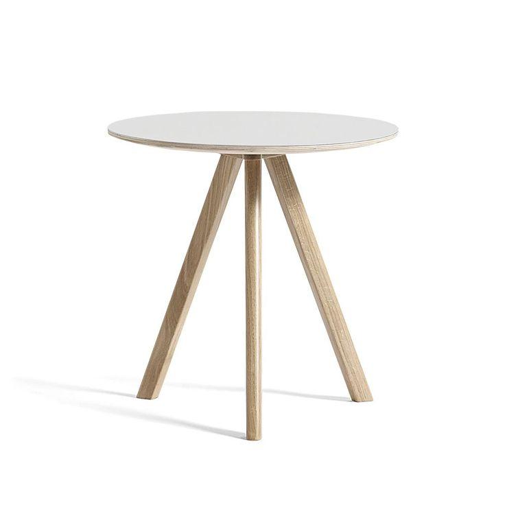 CPH20 Coffee Table, runt sidobord ur kollektionen Copenhague från HAY. Underredet är tillverkat av massiv ek och går att få i fyra olika ytbehandlingar. Välj mellan flera olika utföranden på bordsskivan. CPH20 finns även som matbord i två storlekar samt som högt ståbord.Kollektionen Copenhague är formgiven av designduon Ronan och Erwan Bouroullec, avsedd för Köpenhamns nyligen renoverade universitet. Utgångspunkten för denna kollektion är stolen Copenhague som är baserad på en gammal…