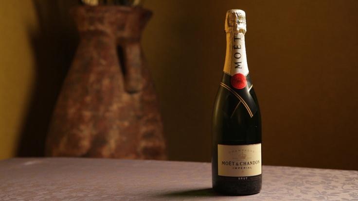 Champan Moet Chandon Imperial Brut  Creado a partir de más de 100 vinos diferentes, de los cuales el 20% y el 30% son vinos de reserva seleccionados especialmente para mejorar su madurez, la complejidad y la constancia, el conjunto refleja la diversidad y la complementariedad de las tres variedades de uva: El cuerpo de Pinot Noir: 30 a 40% La flexibilidad de Pinot Meunier: 30 a 40% La finura de Chardonnay: 20 a 30% Dosis: 9 g / litro