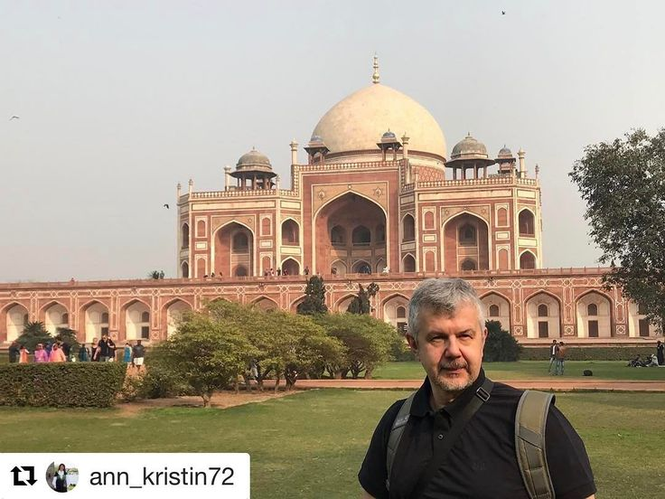 Et must når man skal til Delhi. #reiseblogger #reiseliv #reisetips  #Repost @ann_kristin72 with @repostapp  India New Dehli.  Red fort - Humayun's (hele området)  Enken etter Humayun laget et mausoleum over hans grav i 1569. Innvendig er det heller sparsomt. Alt er symetrisk på bygningen. Det er også flere andre gravlagt her. Hagene rundt er like store og kvadratisk med gangveier i mellom. 100 år senere ble denne bygningen inspirasjonskilde til den mer kjente Taj Mahal i Agra…