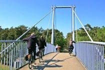 Heerlijk er op uit met de fiets in Helmond  Fietsen in en om Helmond. Ontdek de groene gebieden en de highlights van de stad. Fiets bijvoorbeeld het Rondje Helmond door prachtige groene gebieden en passeer de pittoreske woonwijken van de stad zoals Brandevoort en Dierdonk en leuke dorpen als Stiphout. Of stel je eigen route samen: het fietsroutenetwerk De Peel bestaat uit diverse fietsknooppunten, die je met elkaar kunt verbinden tot mooie eigengemaakte routes door stad en land…