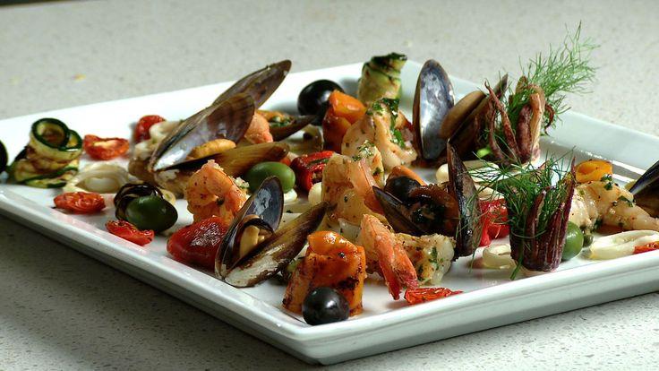Une recette d'antipasti de fruits de mer et de légumes grillés présentée sur Zeste et Zeste.tv.