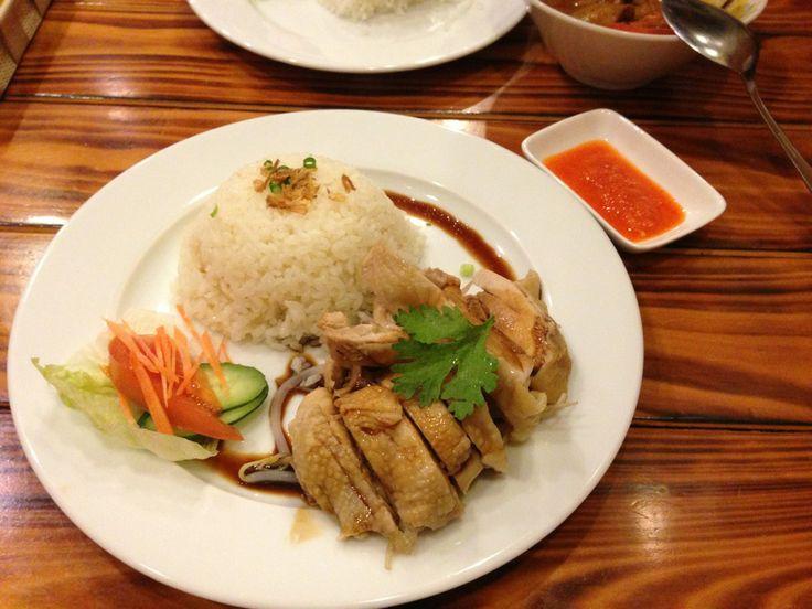 マレーシア料理の店。 シェフもマレーシア人っぽいです。 チキンライスのチリソースはかなり辛いので、要注意です。