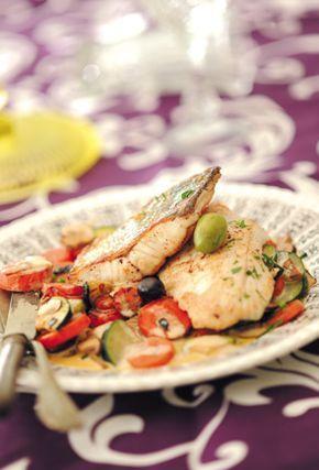 - 300 g de filet de sandre - 2 échalotes - 6 cl de vin blanc * - 250 g de courgettes - 150 g de carottes - 1 jus de citron - Farine - Huile d'olive - 1 morceau de beurre - 75 g de champignons - 20 cl de crème liquide allégée - Cerfeuil - Quelques olives vertes et noires - Sel et poivre
