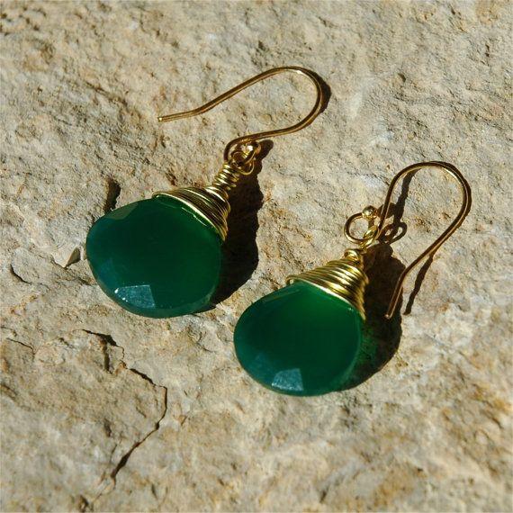 Boucles doreilles en onyx vert, fil dor enveloppés boucles doreilles en onyx vert    Belles boucles doreilles en onyx vert en or. 23cts verts