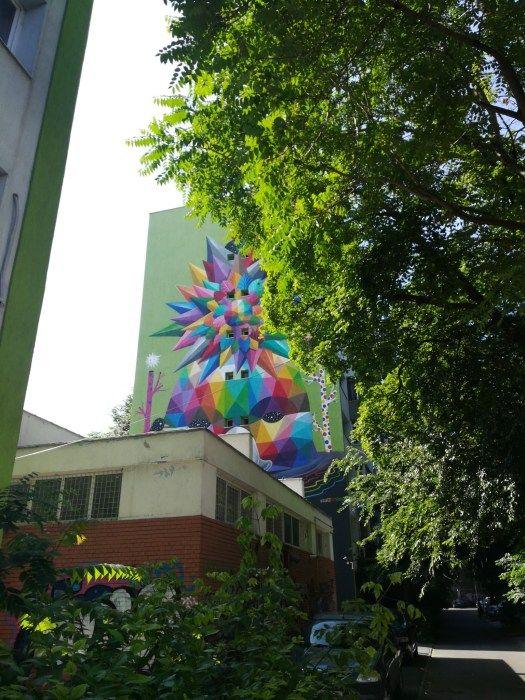 L'oeuvre d'Okudart vue de derrière le magasin Kronau Moto à Bucarest