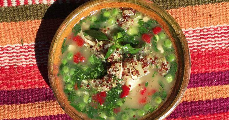 Smakrik och mättande soppa med quinoa, majs, kyckling, bönor och ärter.