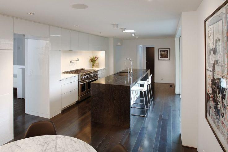 Descubre la elegante reforma de esta casa de mediados de siglo #hometour #reforma #arquitectura #SKB #RockyRochonDesing #vivienda #casa #moderna #diseño #isla #cocina