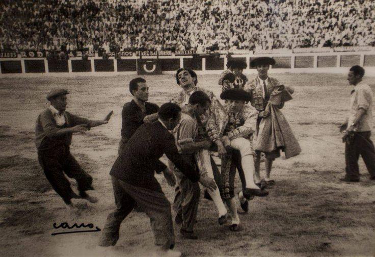 Manolete, tras la cogida que le causaría la muerte en 1947 en la plaza de Linares.