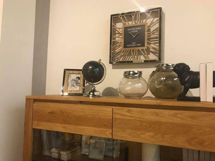 Szklane i srebrne ozdoby. Srebrny zegar z elementami drewna. Srebrna ramka z elementami drewna. Szklane lampiony.