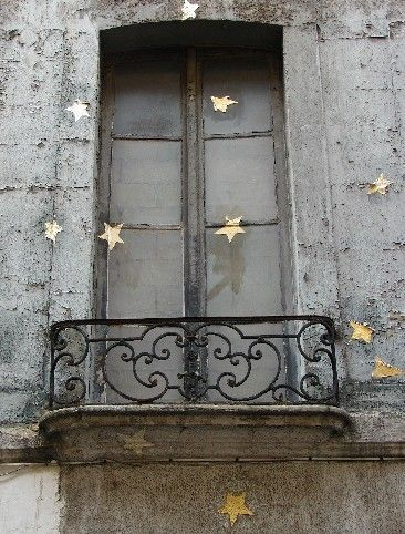 Sur la façade d'un immeuble parisien...