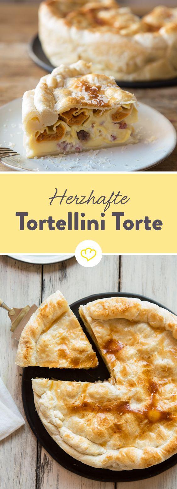 Außen zarter Blätterteig, aber innen ist sie mit ganz viel Tortellini, Schinkenwürfeln, Käse und einer cremigen Béchamelsauce gefüllt.
