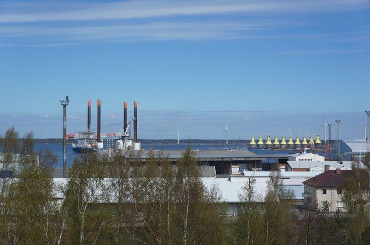 Tahkoluodon Tuulivoimalan ensimmäisiä jalkoja kymmenestä  hakemassa Mäntyluodon telakalta 22.05-17. http://hyotytuuli.fi/merituulivoima/