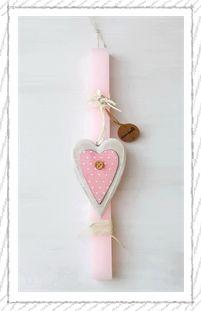 lb5010 {13,90 €} λαμπάδα από χοντρό κερί με ακατέργαστη υφή, ξύλινη διακοσμητική καρδιά και βαμβακερές κορδέλες (αρωματικό κερί, 30x3 εκ.)