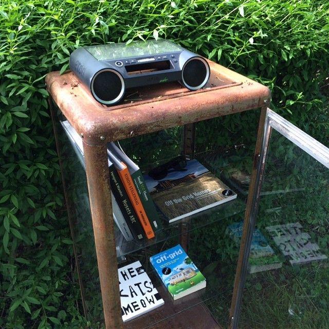 Bra utsikt från hängmattan. Ett regnsäkert off-gridbibliotek toppat med solcellsdriven bluetoothhögtalare när man hellre vill lyssna på en pod. #etoncorp #offgridlight