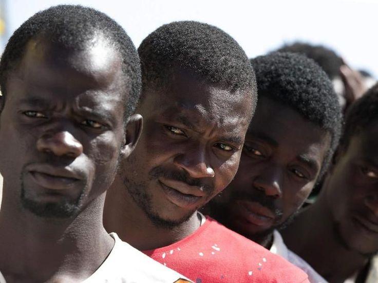 Etwa 6500 Flüchtlinge sind binnen eines Tages im Mittelmeer aus Seenot gerettet worden. Wie die italienische Nachrichtenagentur Ansa am Montagabend berichtet, wurden sie in 40 Rettungsoperationen, die die italienische Küstenwache koordiniert hat, in Sicherheit gebracht.