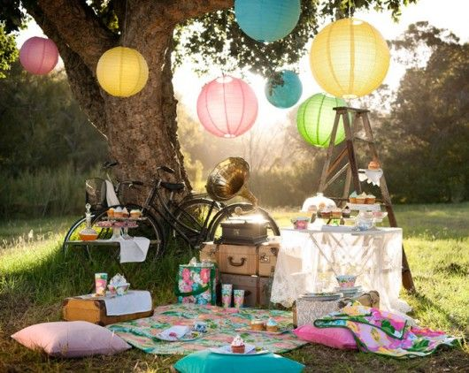 I dream of a comfy picnic style lounge area just like ths at a summer wedding.  Imagine how gorgeous the pictures of your guests would turn out!