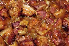 Pivní vrabci Kostky bůčku (bez kosti) ochucené kmínem, solí a pepřem, upečené v troubě zasypané cibulí a česnekem, podlité pivem smíchaným s worcesterskou omáčkou a kečupem. 1 kg bůčku bez kosti 2 větší cibule 1 palička česneku 4 dl světlého piva 4 PL rajského protlaku 1 PL worchestru kmín pepř sůl Bůček nakrájíme na kostky, cibuli na proužky, česnek na plátky, vložíme do pekáče, dochutíme, posypeme cibulí a česnekem Pivo rozmícháme s protlakem zalijeme Pečeme na 200 °C