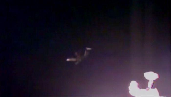 Un enorme UFO si manifesta vicino alla Stazione Spaziale Internazionale. La NASA interrompe le trasmissioni in diretta! | Segni dal Cielo