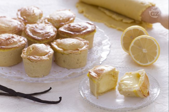 I pasticciotti ricotta e crema di limone sono un dessert goloso: una morbida pasta frolla che racchiude crema pasticcera arricchita con ricotta.