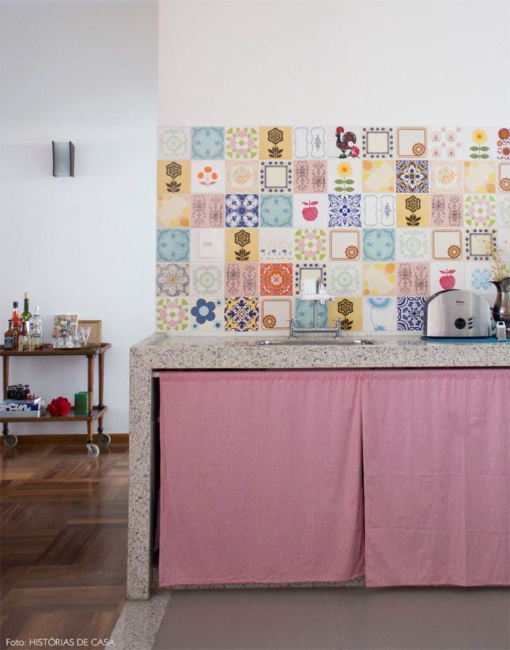 Cozinha aberta com azulejos estampados e cortininha no lugar de armário. Veja mais desse ambiente em www.historiasdecasa.com.br #todacasatemumahistoria