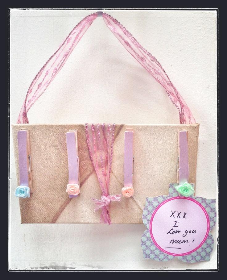 Roosjes, wasknijpers, behang en hout: lief moederdag cadeau!