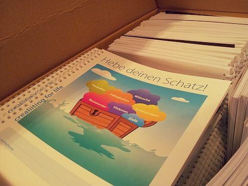 Dienstag, 20.01.2015: im Crealiity Büro wird mit Hochdruck gearbeitet ! Die Crealliting Mappen sind einen Tag später als vereinbart geliefert worden ..... für welche Tour ist wohl diese Schachtel ?