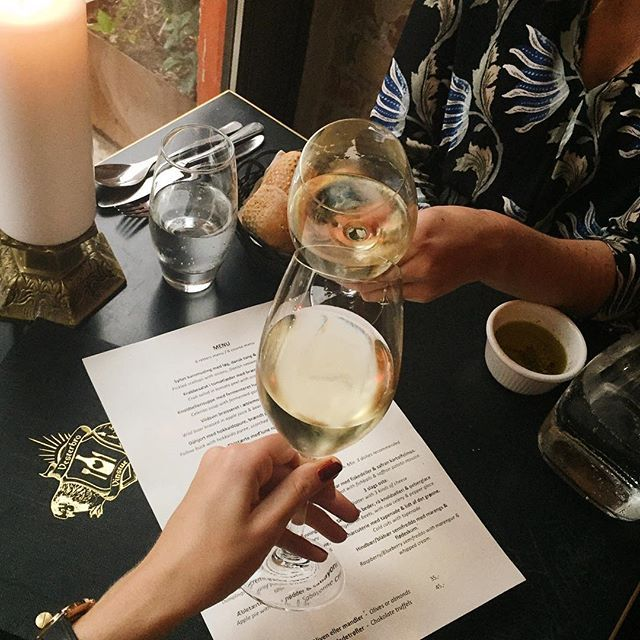 TorsdagsSKÅL!⠀⠀⠀⠀⠀⠀⠀⠀⠀⠀⠀⠀⠀⠀⠀⠀⠀⠀⠀⠀⠀⠀⠀⠀⠀⠀⠀⠀ ⠀Sauvignon Blanc smager ekstra godt om torsdagen. Prøv selv. PS. Vi har også fået ny menu.