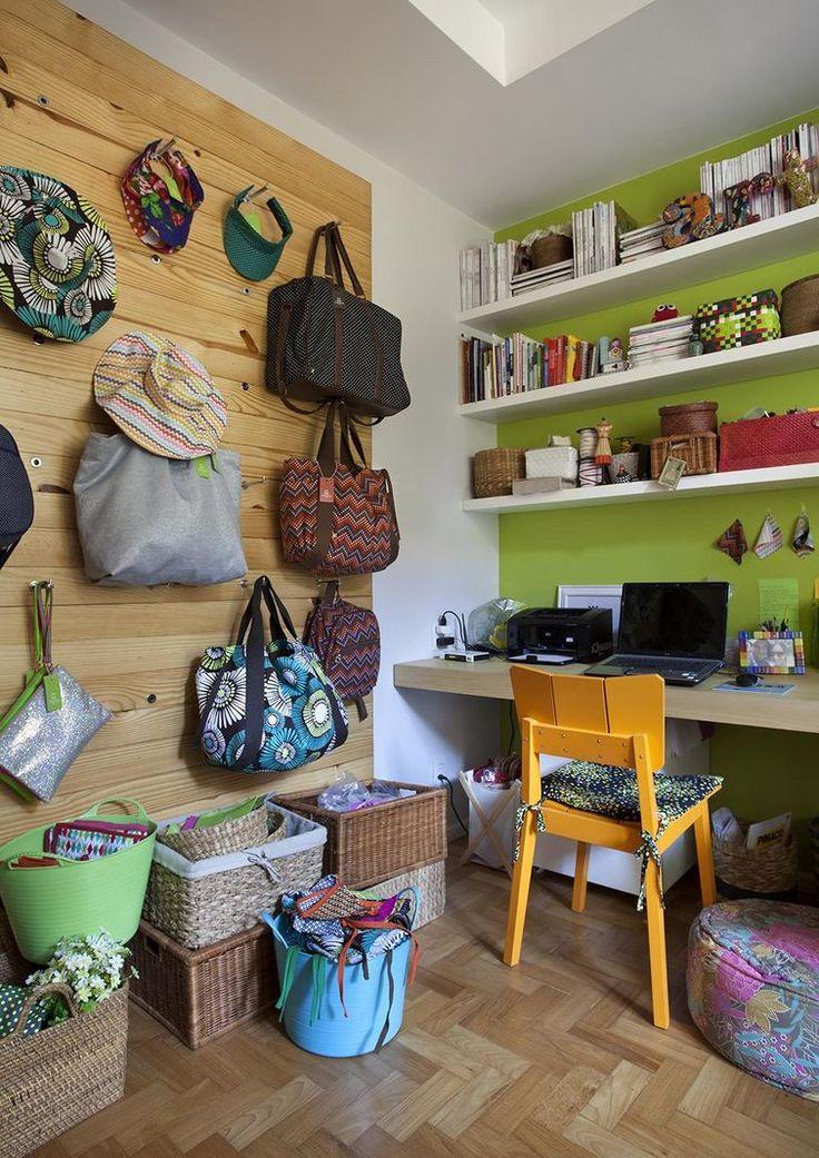 Seus acessórios e bolsas podem se tornar a decoração da sua parede, como no Home Office assinado por Artis Design.  #escritório #homeoffice #decoração #interiores #arquitetura #verde #moderno #despojado