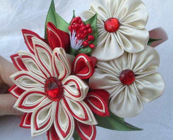 Esta diadema está decorado con una flor de Satén creada usando kanzashi técnica sobre la base de plástico. Kanzashi diadema sería perfecto para su niña y le hacen un regalo maravilloso. El producto puede hacerse en cualquier otro tamaño y color.