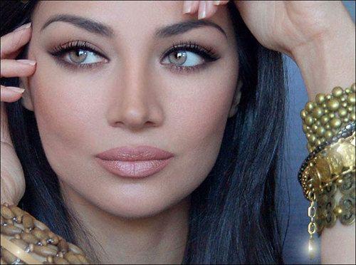 Beautiful makeup, I wish i had her cheekbones the most doe. ):