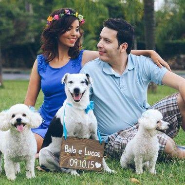 Placa hang de madeira retangular pequena para casamentos, festas, saves the date. Esse Save The Date com um pet ficou lindo de viver!