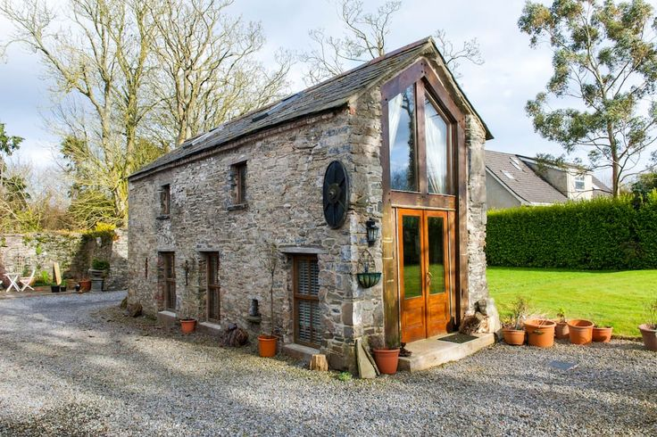 Blockhütte in Ardcath, Garristowm, Irland. A Romantic Retreat -Tastefully converted stone barn with views of 13th C. Abbey ruins & mature garden. Ideal location for touring east coast and Dublin (Airport 30min). Mezzanine bedroom overlooking the open plan living area & wood burning stove. …