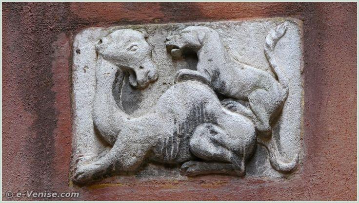 Un relief datant du XIVe siècle où l'on peut voir un chien sur la croupe d'un dromadaire. Au 1812 de la Calle del Teatro Vechio, dans le sestier de San Polo à Venise.
