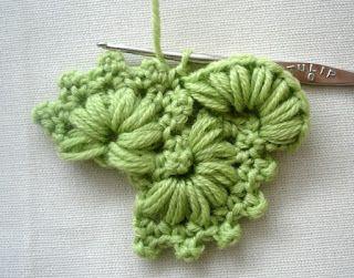 José Crochet: Bloemen op een rij - Flowers in a row Goed uitgelegd patroon !! Leuke rand langs hals van vestje.