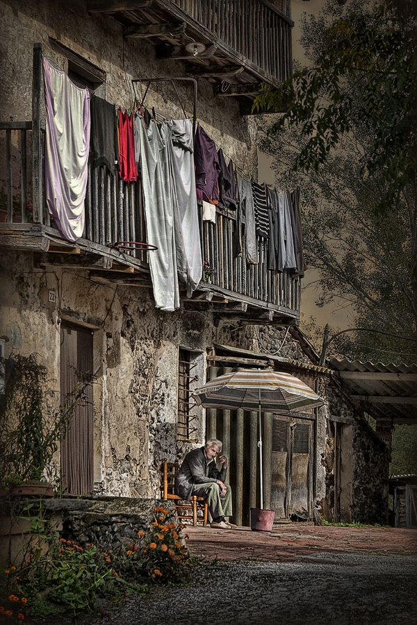 Anciano y masia - ancient farmhouse