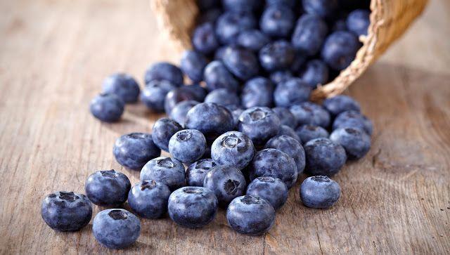 não existem alimentos naturalmente dessa cor e o mais próximo disso são as blueberries, que não são azuis e sim roxas.