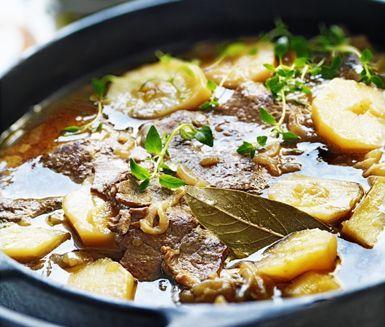 Sjömansbiffar är en klassisk husmanskost som passar hela familjen. Detta recept på sjömansbiff har relativt kort tillagningstid och smakar gudomligt gott.