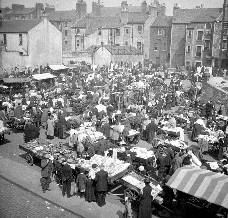 Barrows in and around Kent Street and Moncur Street, early 20th century. In the 19th century street traders were to be found working all over Glasgow from hired-out barrows. Many took their goods through the streets but there were places where large numbers of street traders would congregate, such as in the Green Street area of Calton, in streets of the Gorbals and most famously in the Saltmarket/Bridgegate area.