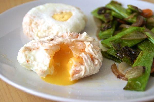 Huevos escalfados o huevos poché. Nunca ha sido tan fácil escalfar huevos y además añadirle especias o quesos antes de la cocción. Descubre cómo en el blog :)