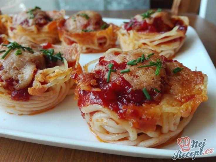 Klasické špagety s rajčatovou omáčkou a mletým masem, posypané strouhaným sýrem má každý rád. Zkuste si připravit takové jednohubky. Autor: Triniti
