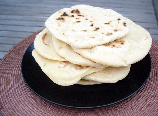 L'influenza delle varie culture che si affacciano sul Mediterraneo del Sud hanno in un certo qual modo portato le varie abitudini culinarie a spasso per i tre continenti che si affacciano su questo mare. E così, tra la cucina Greca, quella Turca, quella Libanese e quella Nord Africana, troviamo molti punti in comune e alcuni piatti variano più per il nome che per gli ingredienti in sé. Uno di questi è senza dubbio la Pita.