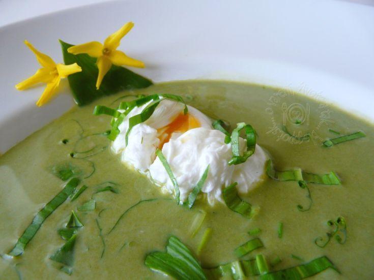 Zelená polievka s vajíčkom v batôžku