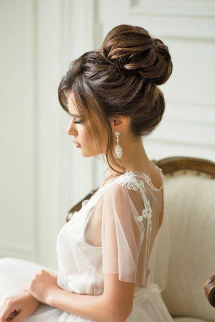 Braut Mit Weissem Kleid Mit Dekorationen Und Eleganter Dut Frisur Hochzeitsfrisuren Brautfrisur Frisur Hochzeit